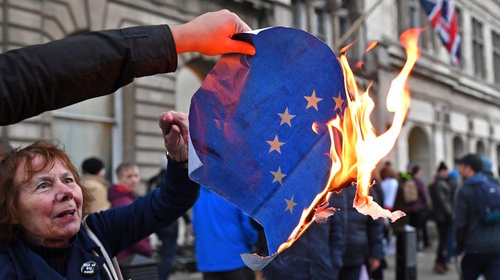 Foto: Manifestantes euroescépticos queman una bandera europea en Londres, el 9 de diciembre de 2018. (REUTERS)