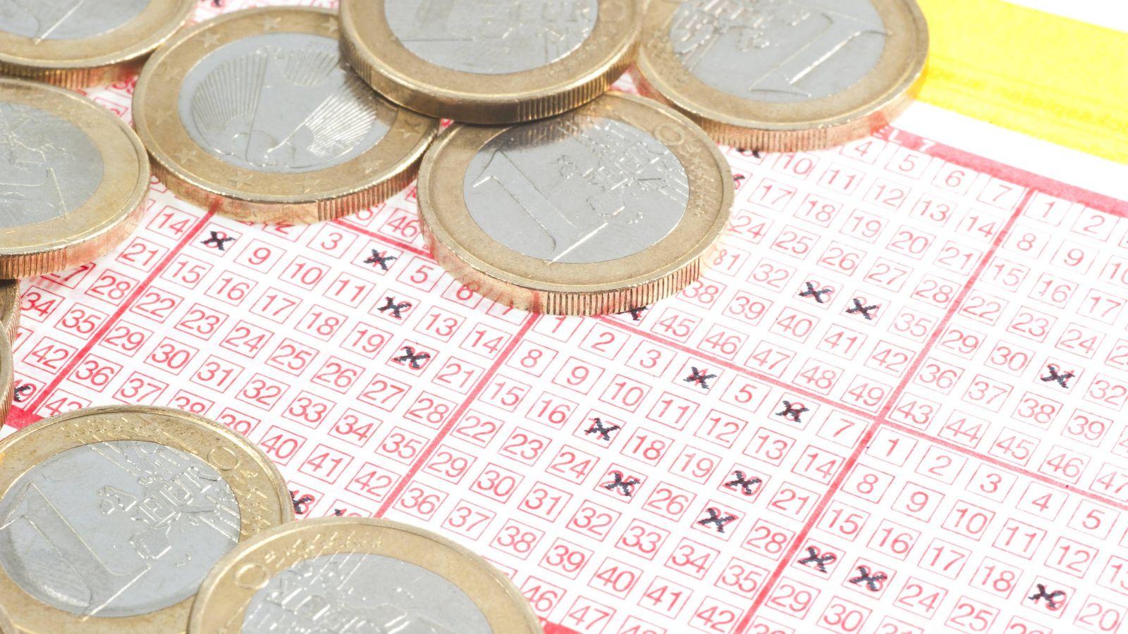 Foto: Un boleto de Euromillones, junto a varias monedas. (iStock)
