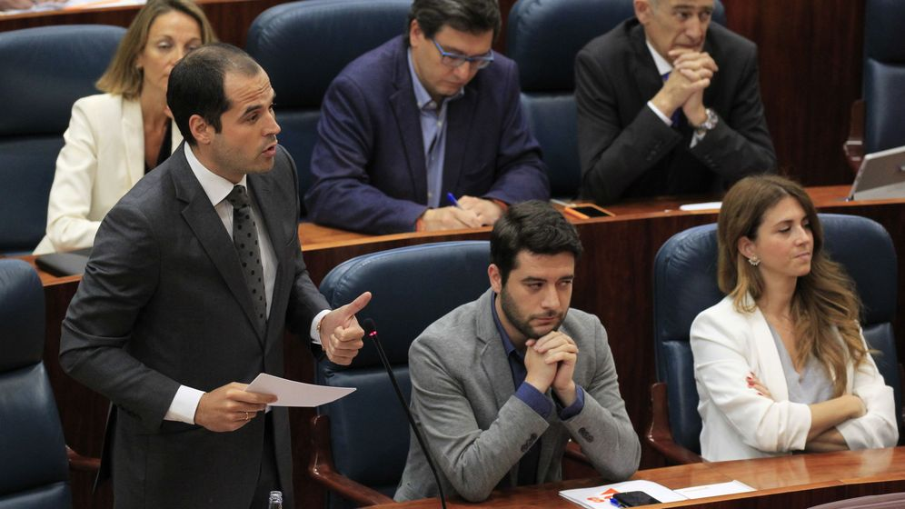 Foto: El portavoz de Ciudadanos, Ignacio Aguado (i), se dirige a Cristina Cifuentes durante una sesión plenaria. (EFE)