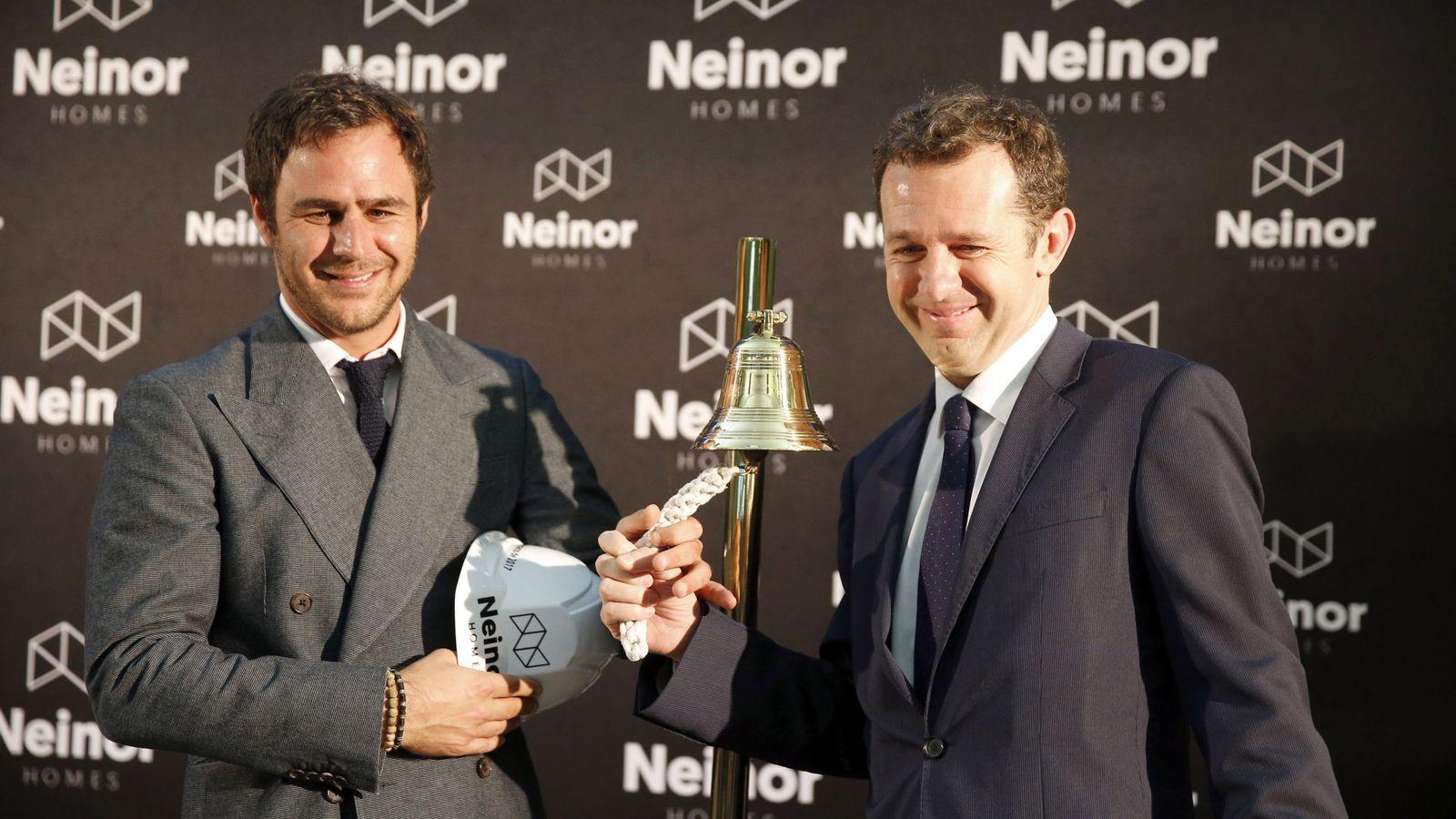 Foto: Juan Pepa, responsable de Lone Star en España, y Juan Velayo, consejero delegado de Neinor, dan el toque de campana