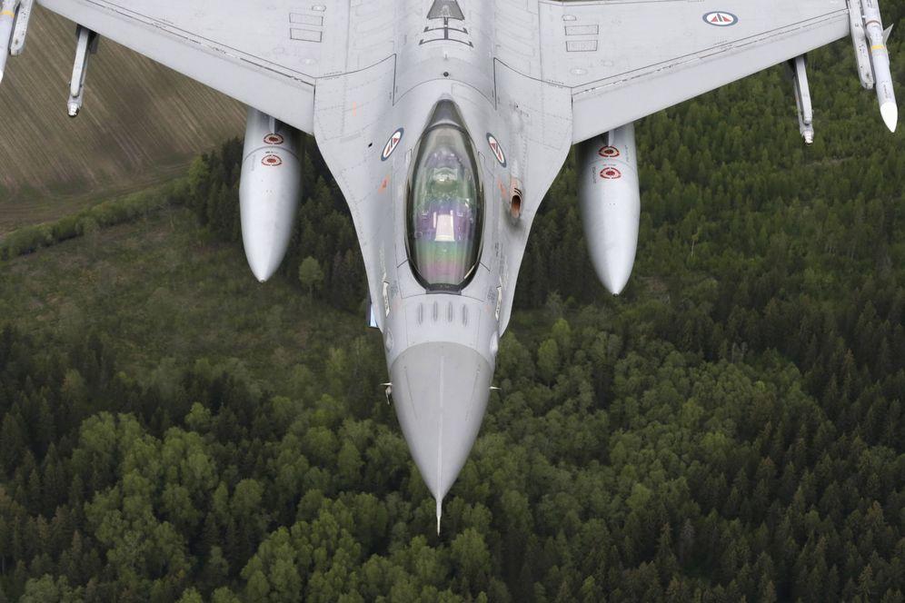 Foto: Un F-16 de la Fuerza Aérea Noruega vuela sobre los países bálticos desde la base de Zokniai (Reuters).