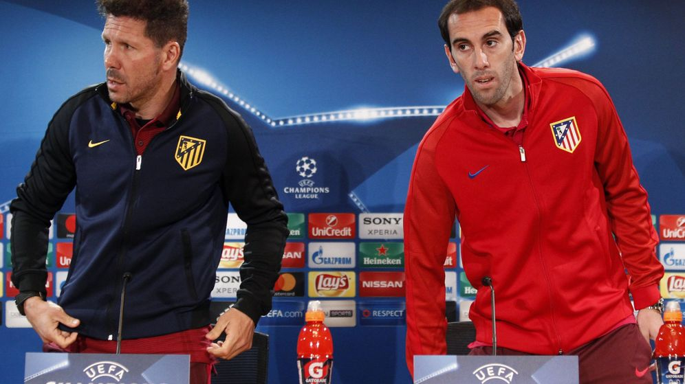 Foto: Simeone junto a Godín tras una comparecencia ante la prensa en un partido de la Champions. (Efe)