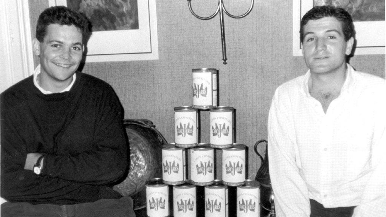 Los veinteañeros Francisco Iglesias y Alfonso Jiménez con las primeras latas de Cascajares.