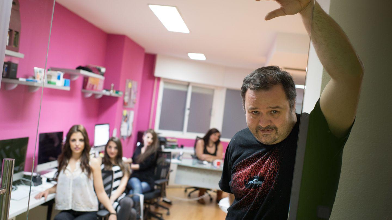 Torbe, junto a algunas de las chicas que trabajan en Villacerda (Pablo López Learte)