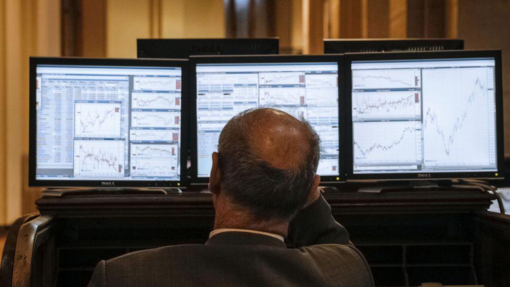 Foto: Inversor mirando pantallas. (EFE)