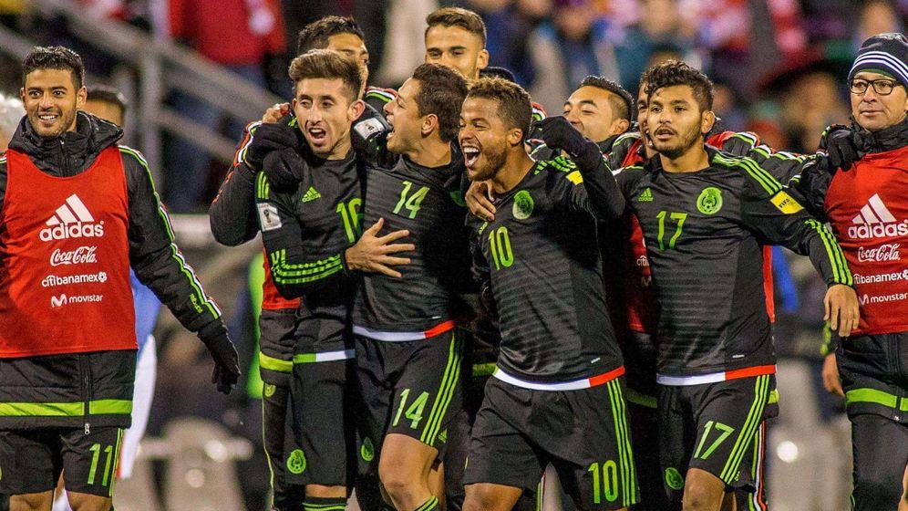 Foto: Los jugadores mexicanos celebran un gol (Reuters)
