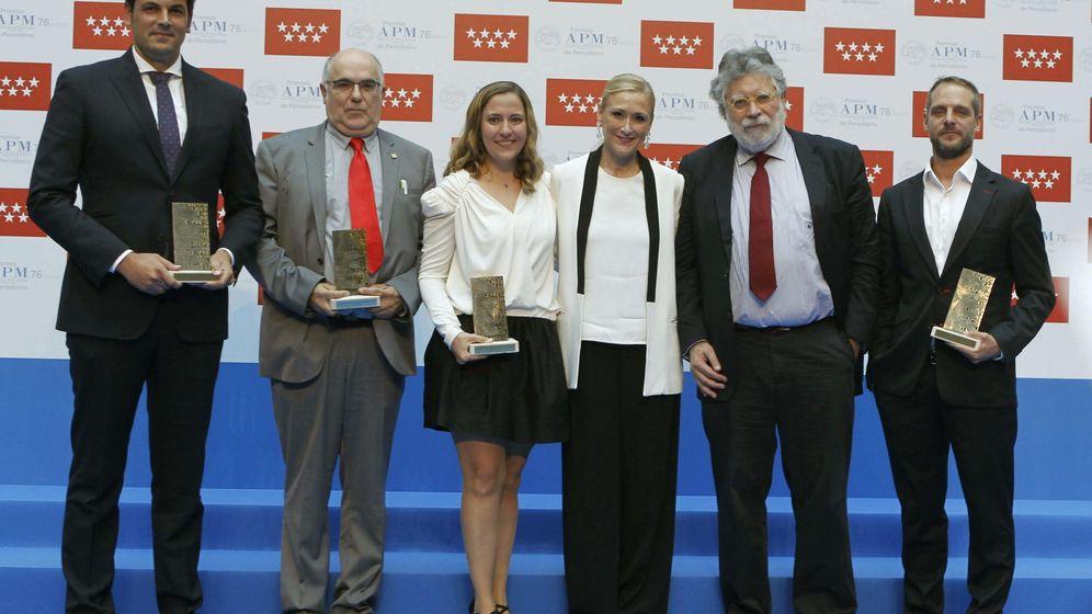 Foto: La presidenta de la CAM Cristina Cifuentes (3d) junto a José María Olmo (i), Pedro Blasco (2i), Ana I. Gracia (c), Joaquín Estefanía (2d) y Ángel Martínez (d) posan con los premios de la APM. (EFE)