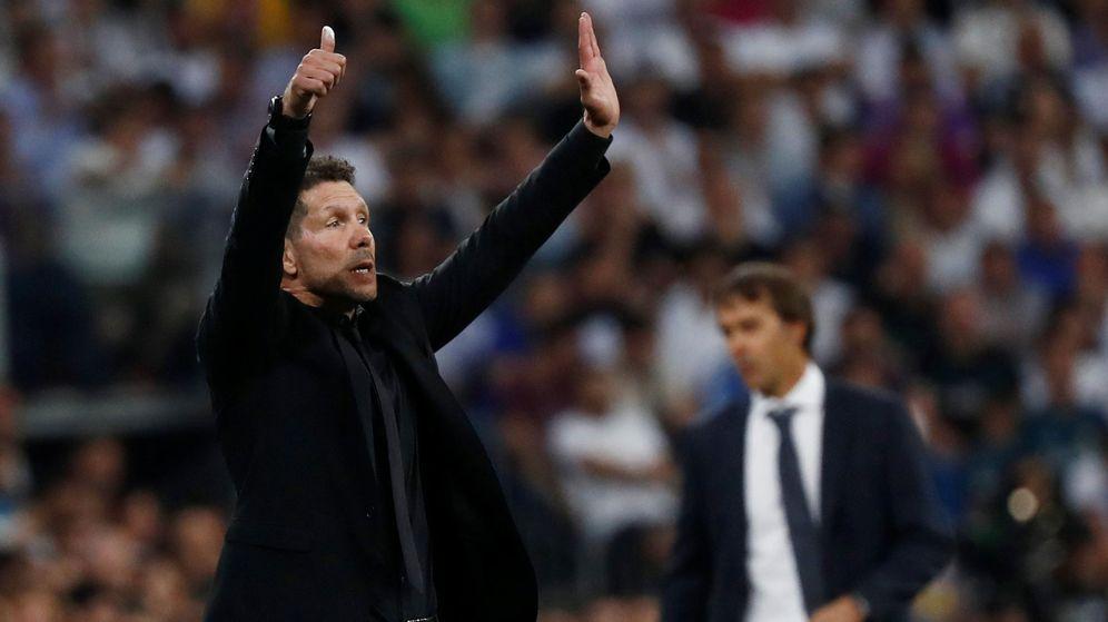 Foto: Simeone, con Lopetegui al fondo, durante el derbi del Bernabéu. (EFE)