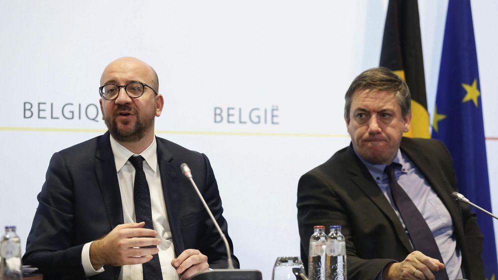 Foto: El primer ministro belga, Charles Michel (izda), y el ministro de Interior Jan Jambon en una rueda de prensa en Bruselas. (Efe)