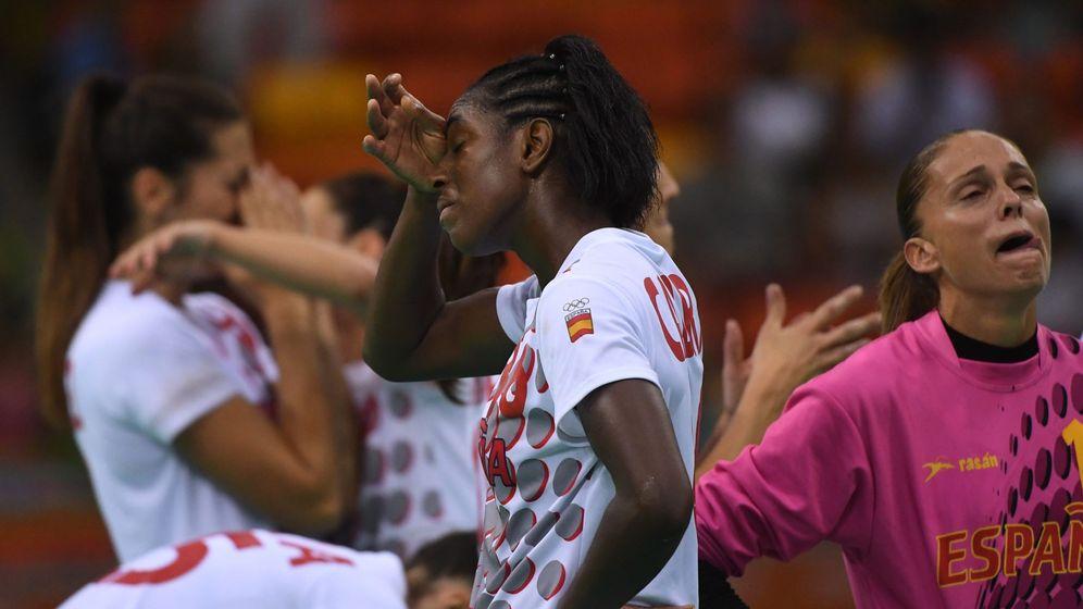 Foto: Las jugadoras de la selección de balonmano se lamentan tras su eliminación (Marijan Murat/EFE/EPA)