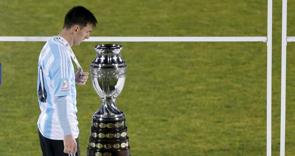 Foto: Messi pasa delante del trofeo que se llevó Chile al proclamarse campeón de la Copa América (EFE)