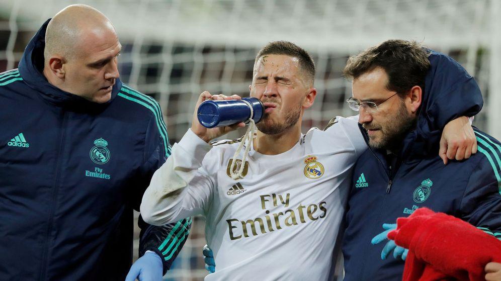 Foto: Eden Hazard se retira lesionado en el partido contra el Paris Saint Germain en el Bernabéu. (Efe)