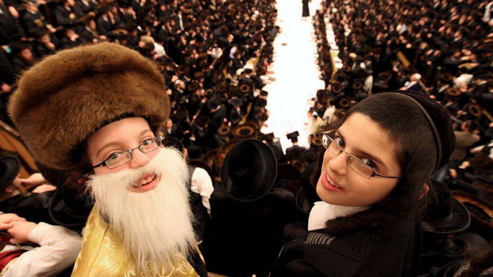 Foto: Niños disfrazados de rabinos en una sinagoga (EFE)