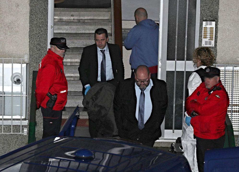 Foto: Los servicios funerarios sacan el cuerpo de uno de los miembros del matrimonio asesinado en Bilbao el pasado jueves. (EFE)