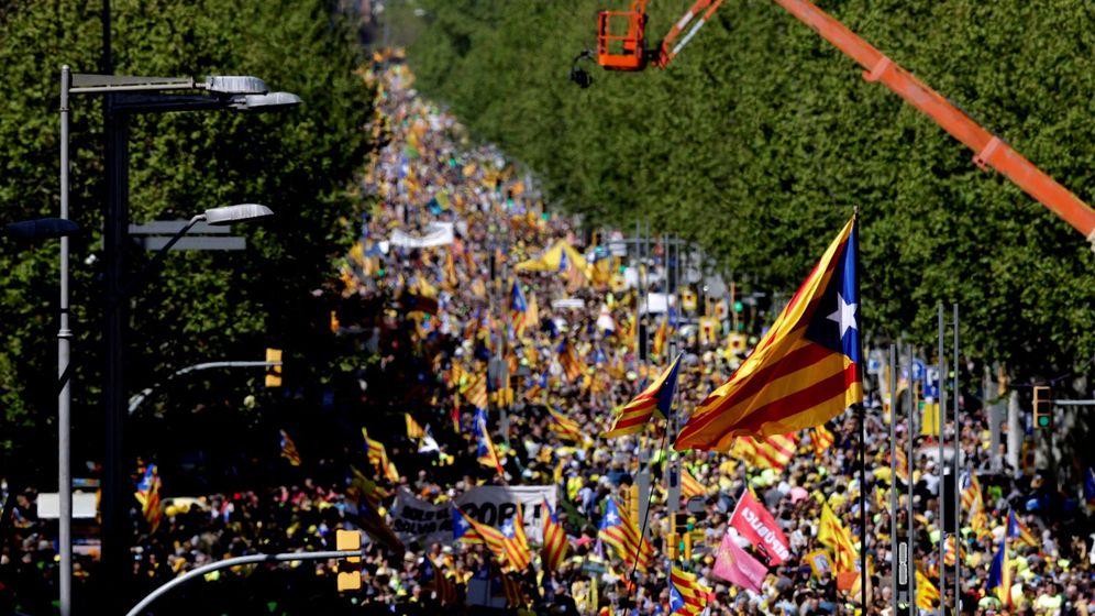 Foto: Manifestación convocada este domingo en Barcelona por Espai Democràcia i Convivència. (EFE)
