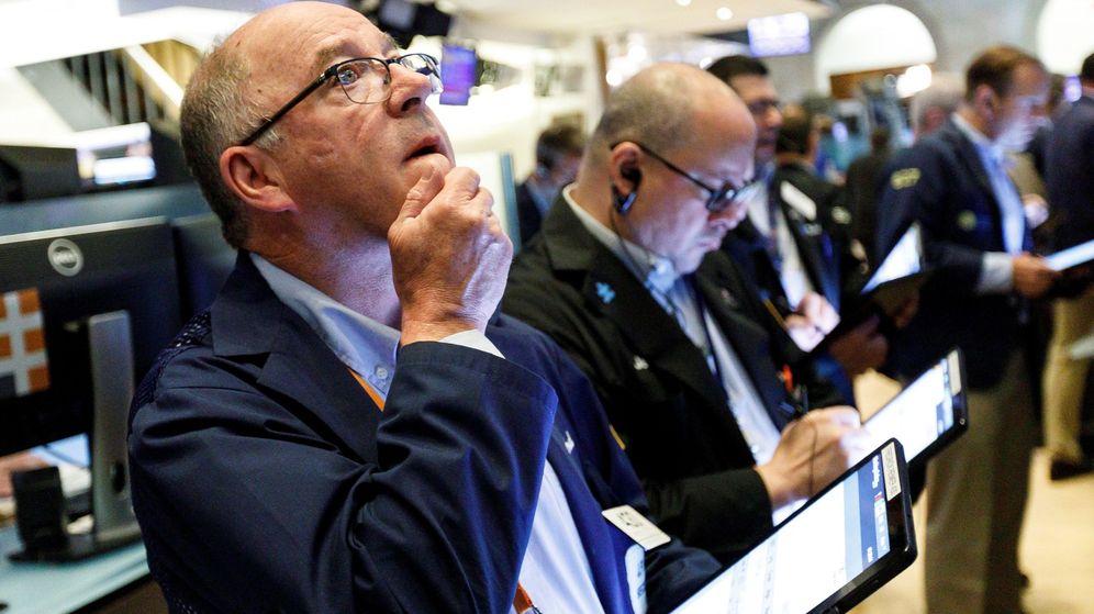 Foto: Varios trabajadores durante su jornada laboral en la Bolsa de Nueva York. (EFE)