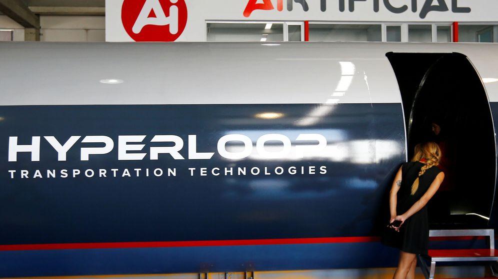 Foto: Presentación de la primera cápsula para pasajeros de Hyperloop en Cádiz. (Reuters)