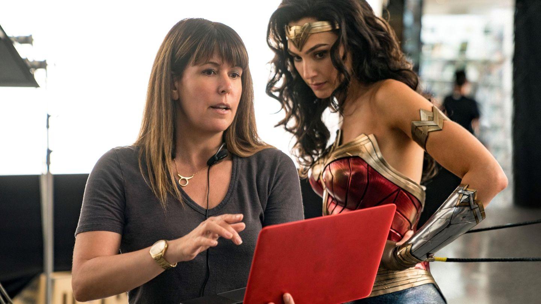 Gal Gadot y la directora Patty Jenkins durante el rodaje de la película 'Wonder Woman'. (Efe)