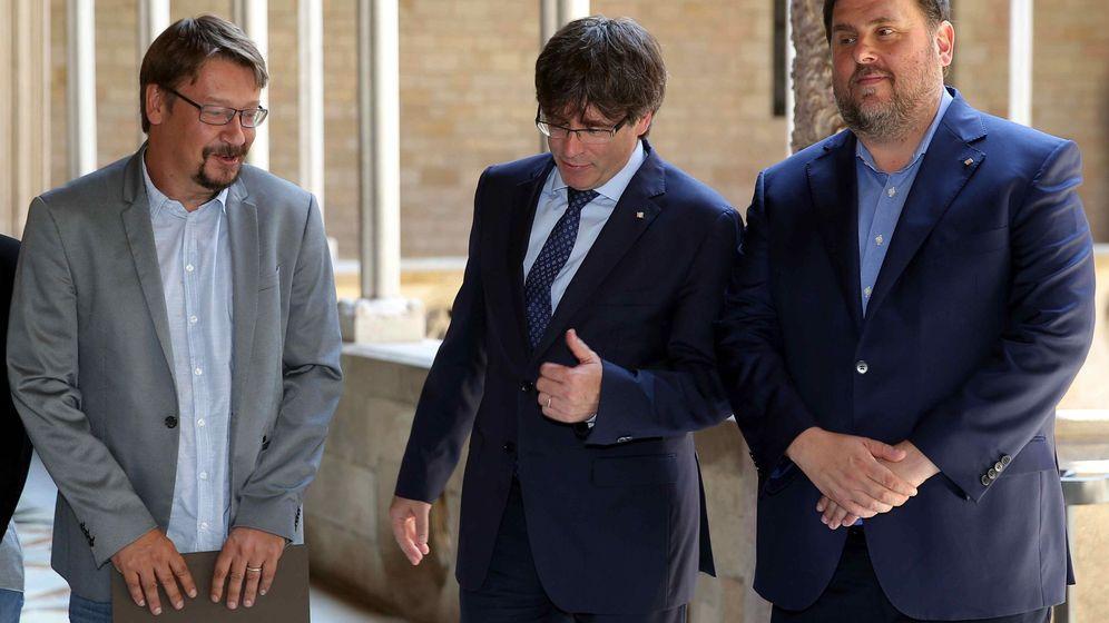 Foto: El presidente de la Generalitat, Carles Puigdemont (2d), y su vicepresidente, Oriol Junqueras (d) , con el coordinador general de Catalunya en Comú, Xavier Domènech. (EFE)