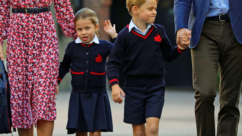 Charlotte, con su hermano George, en su primer día de clases. (Reuters)