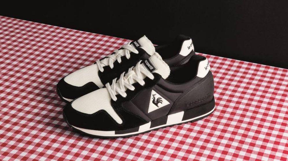 Foto: Zapatillas negras sobre fondo de cuadros vichy
