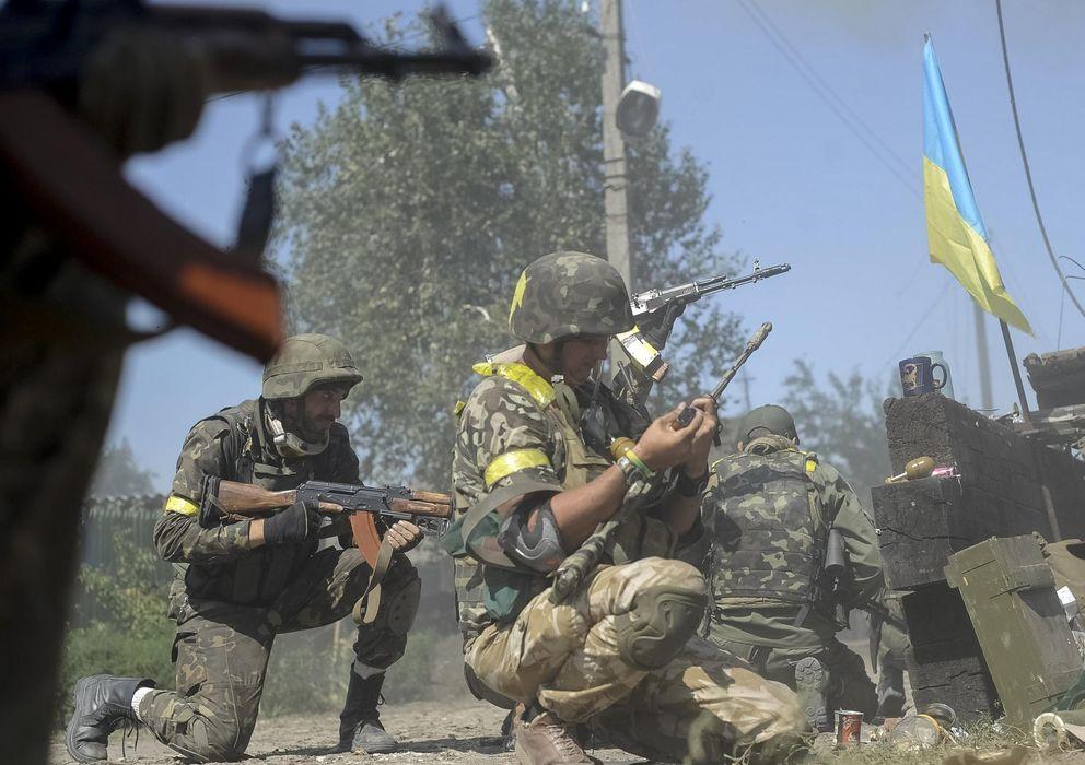 Foto: Soldados ucranianos combaten con insurgentes prorrusos en la ciudad de Ilovaysk, en el este de Ucrania (Reuters).