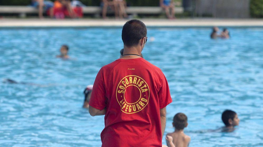 Foto: Imagen de archivo de un socorrista en una piscina. (EFE)