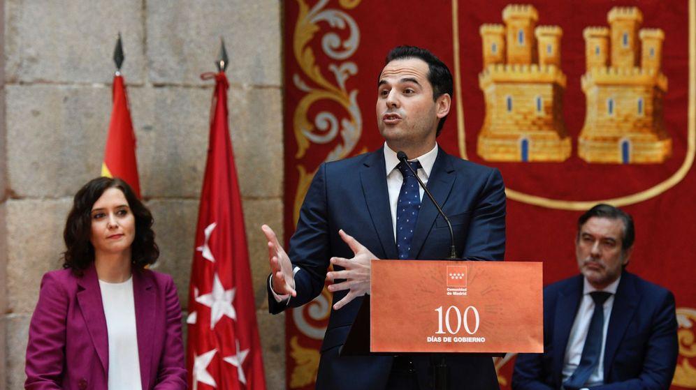 Foto: Ignacio Aguado, durante su intervención. A la izquierda, le observa Isabel Díaz Ayuso. (EFE)