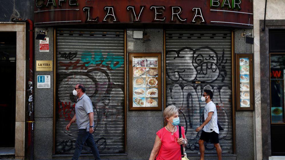 Foto: Tres personas con mascarillas en Madrid. (Reuters)