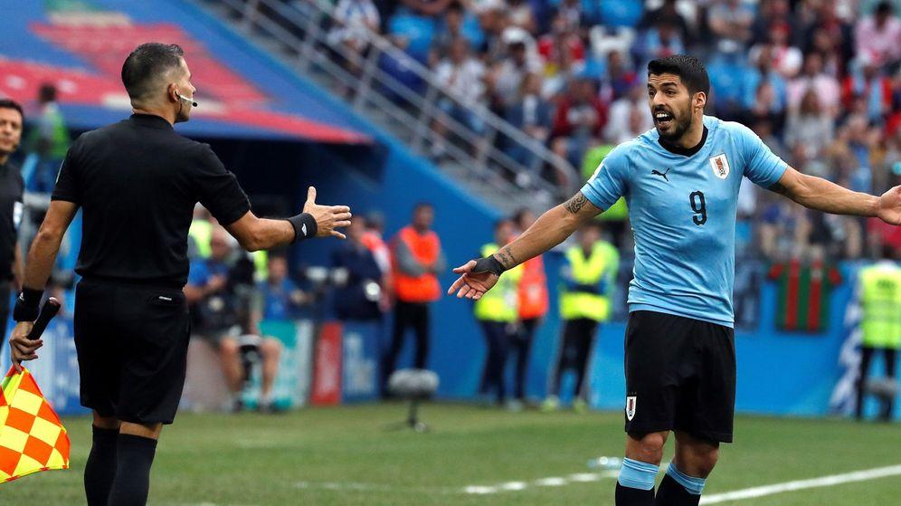 Foto: Luis Suárez, protestando a uno de los colegiados durante un partido con su selección