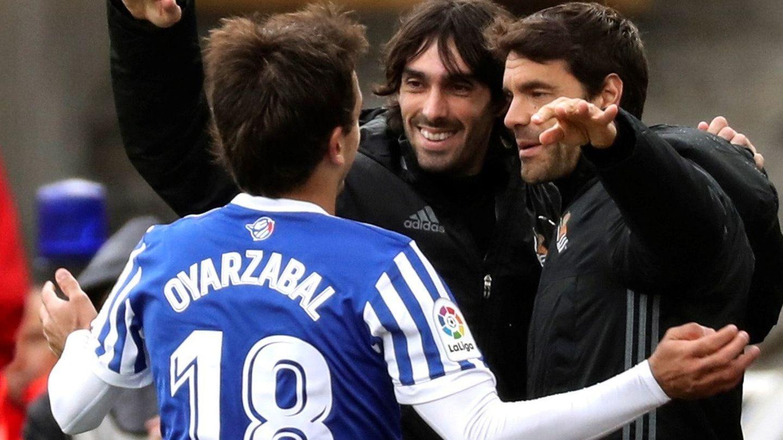 Mikel Oyarzabal celebra con Xabi Prieto y Carlos Martínez su gol en la despedida de ambos de la Real. (EFE)