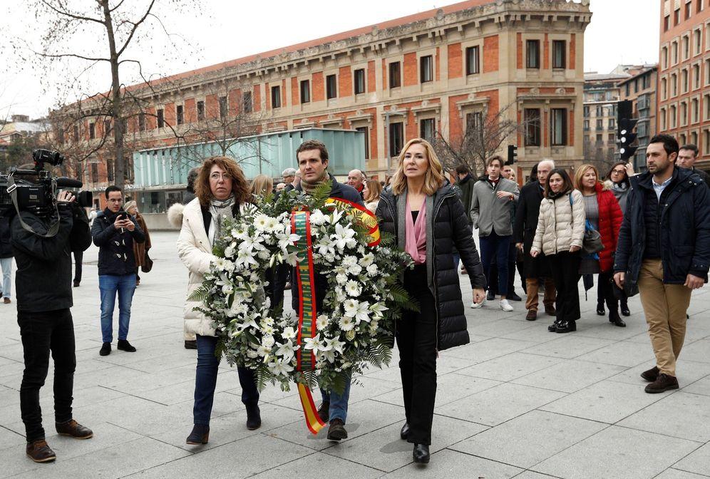 Foto: Pablo Casado participó este jueves en Pamplona en una ofrenda floral ante el Monumento a las Víctimas del Terrorismo. (EFE)