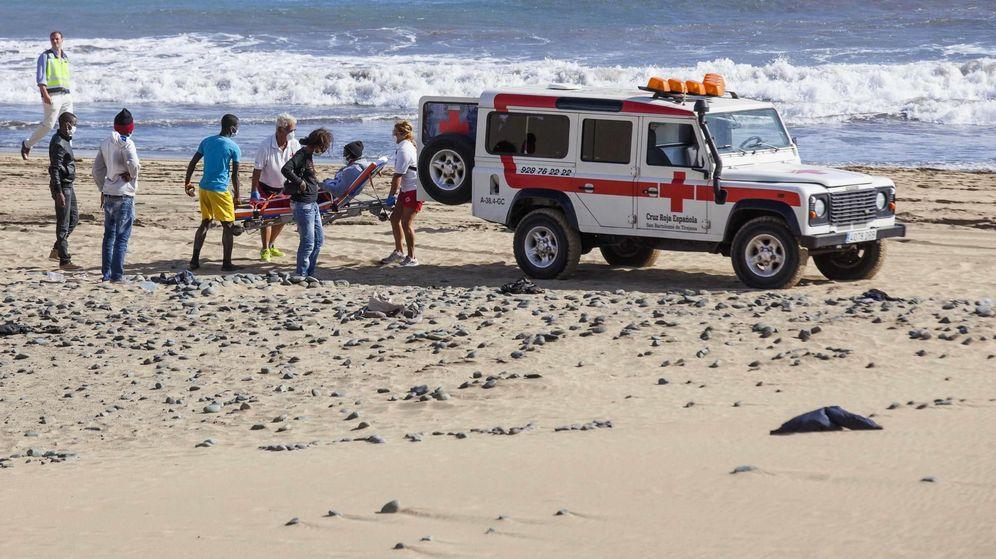 Foto: Miembros de la Cruz Roja llevan a un inmigrante a un vehículo en la playa de Maspalomas, en Gran Canaria. (Reuters)