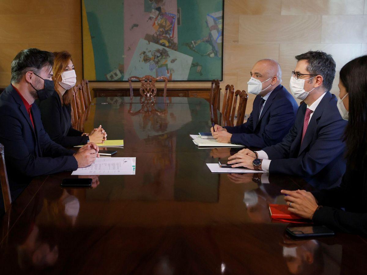 Foto: El ministro de la Presidencia, Félix Bolaños, durante la reunión mantenida este pasado martes con el portavoz de ERC en el Congreso, Gabriel Rufián. (EFE)