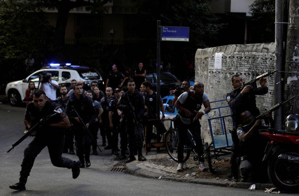Foto: Agentes de policía toman posiciones tras un tiroteo en la favela Pavao Pavaozinho, en Río de Janeiro. (Reuters)