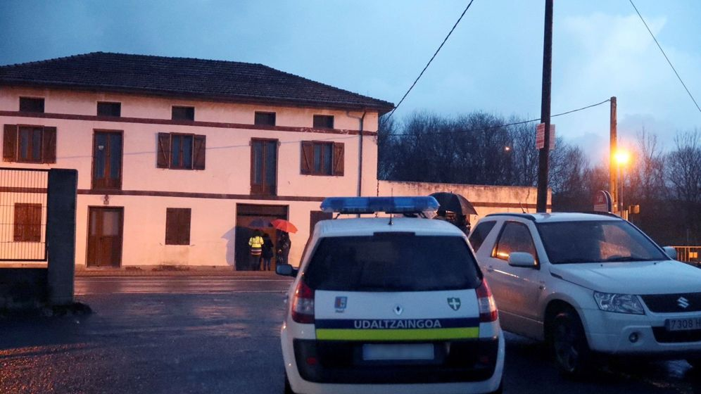 Foto: Coche de la Ertzaintza en el lugar donde dos personas han sido halladas muertas en el interior de una furgoneta. (EFE)