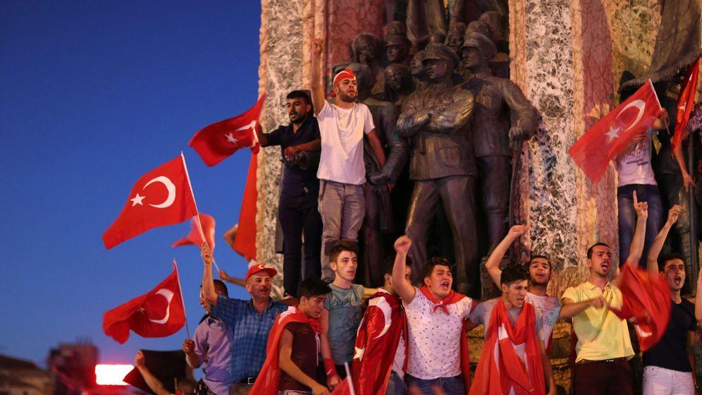 Foto: Partidarios del presidente turco Tayyip Erdogan gritan consignas en una manifestación contra el fallido golpe de Estado. (EFE)