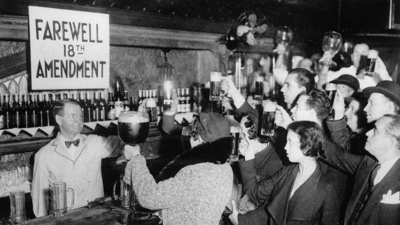 Neoyorkinos celebran el final de la ley seca en 1933.