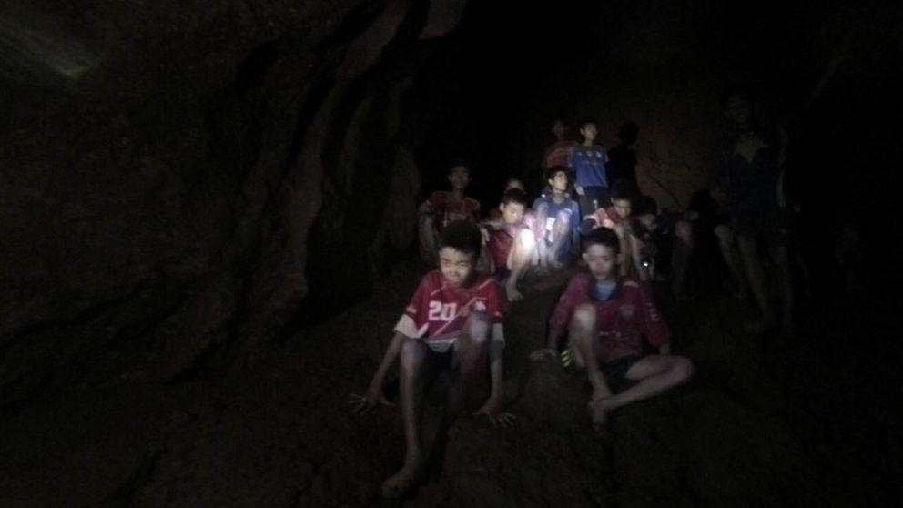 Cómo doce niños en una cueva acabaron con la división que ensangrentó Tailandia