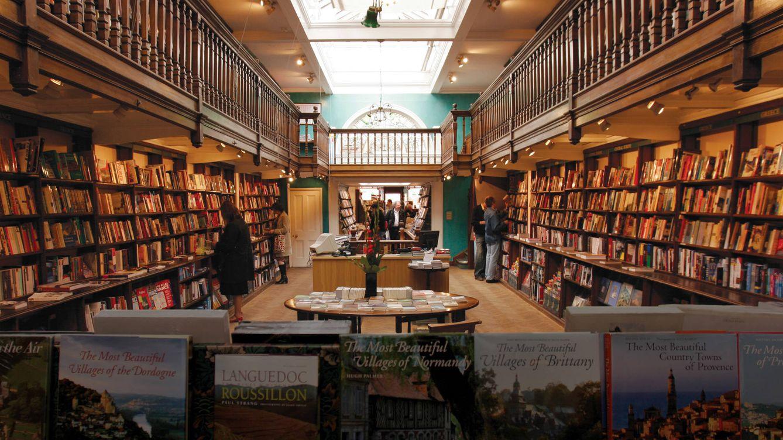 Foto: Vista general de la librería Daunt, que cuenta con dos enormes galerías de doble altura, iluminadas por un techo abierto con cristaleras. (Jordi Adrià)