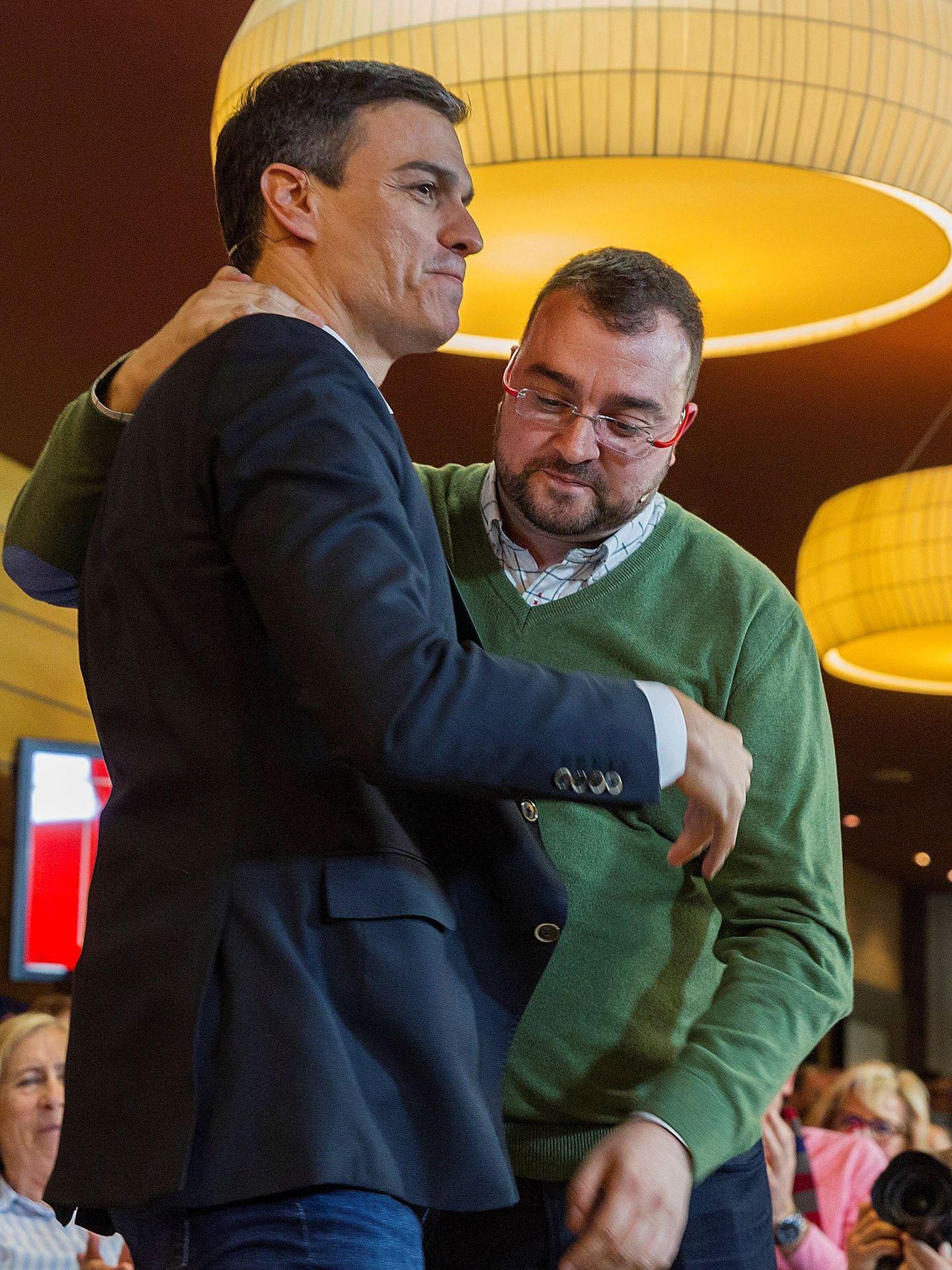 Pedro Sánchez, con Adrián Barbón, líder de la Federación Socialista Asturiana, el pasado 21 de marzo en Oviedo. (EFE)