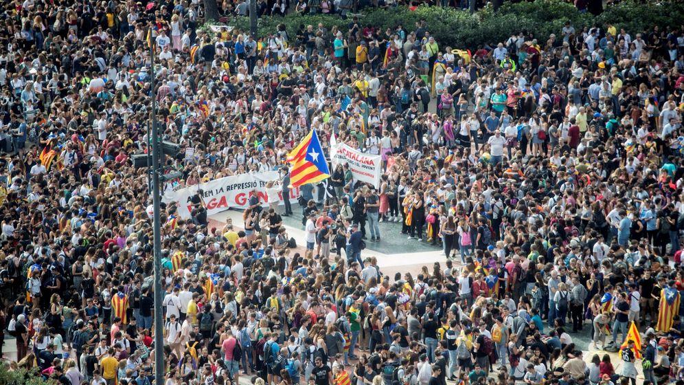 Foto: Miles de personas se concentran en la plaza de Cataluña de Barcelona. (EFE)