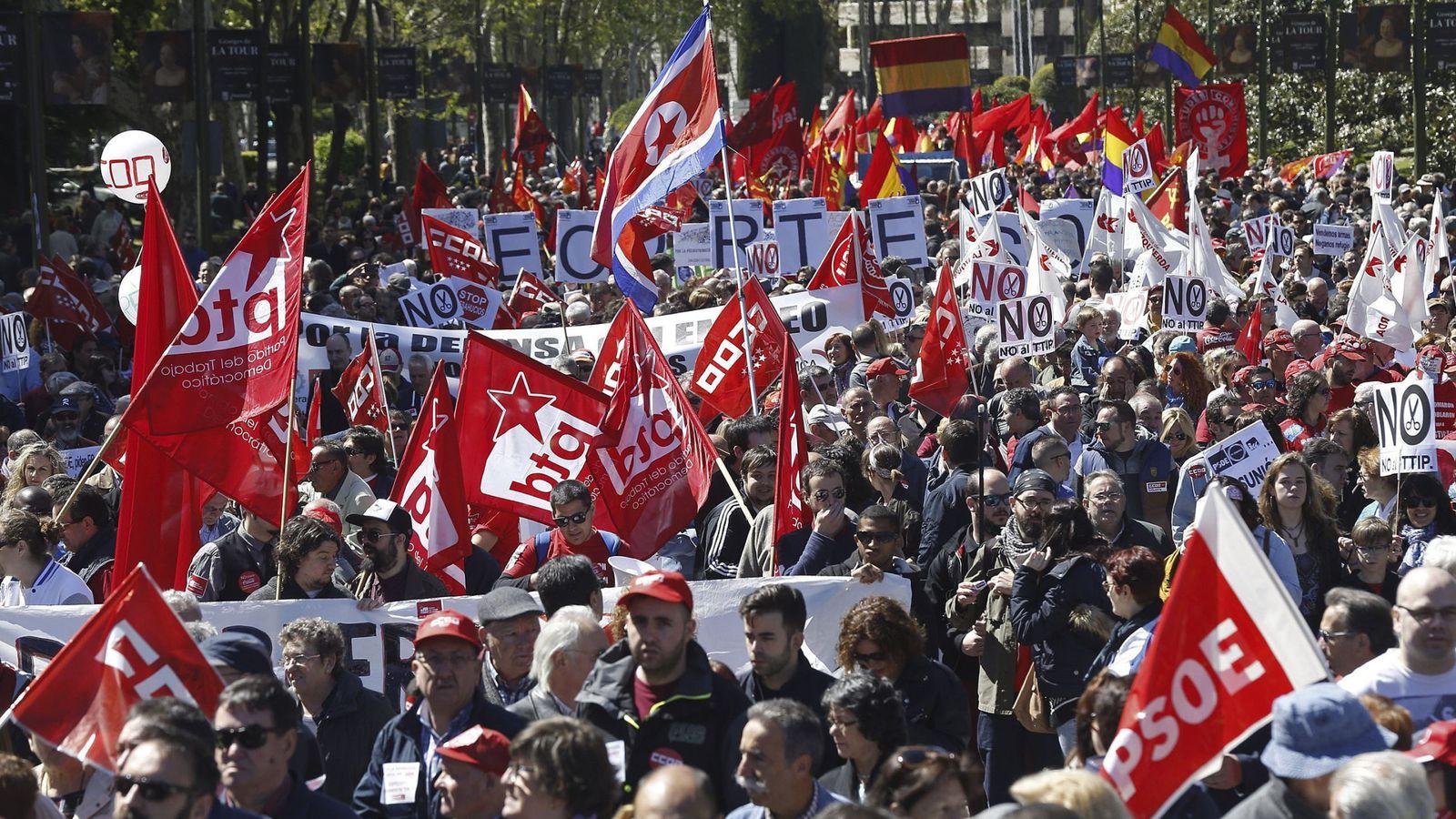 Foto: Miles de personas en la manifestación del Primero de Mayo de Madrid. (EFE)