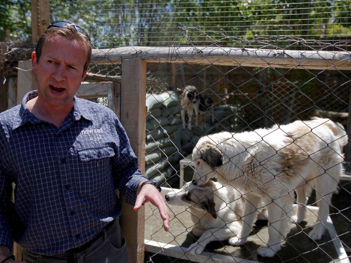 Foto: Pen Farthing con algunos perros de su refugio. (Reuters)