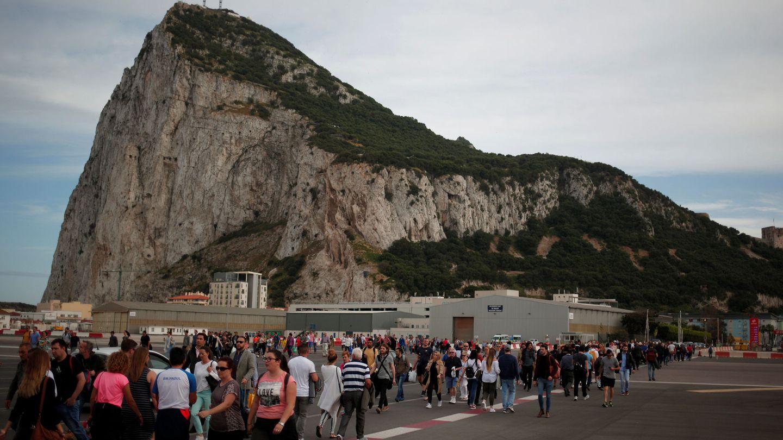 Colas de gente frente al Peñón de Gibraltar. (EFE)