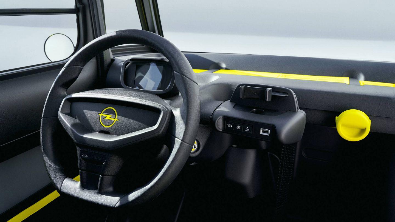 El puesto de conducción tiene lo indispensable: una pantalla digital para la instrumentación esencial y un soporte central para el smartphone.