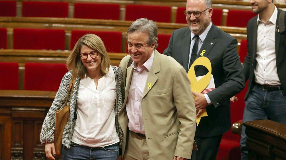 Foto: Elsa Artadi y Antoni Morral, de JxCAT, al finalizar un pleno del Parlament. (EFE)