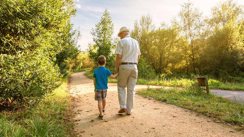 Foto: Abuelo y nieto paseando (