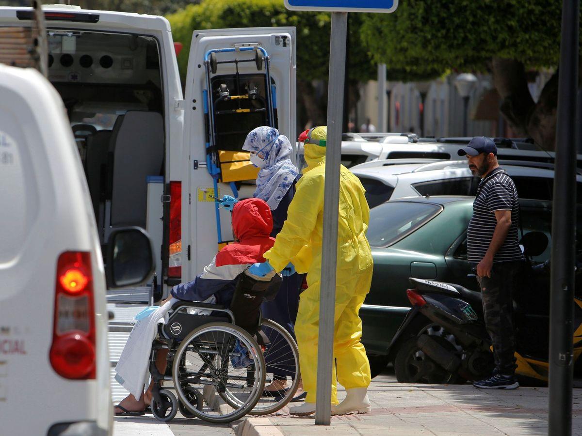 Foto: - Varios trabajadores sanitarios trasladan a un enfermo a un hospital comarcal en Melilla. (EFE)