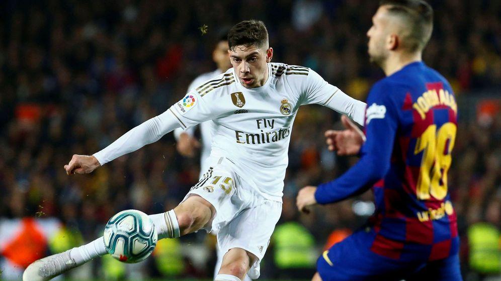 Foto: Fede Valverde dispara en una acción del Clásico en el Camp Nou. (Efe)